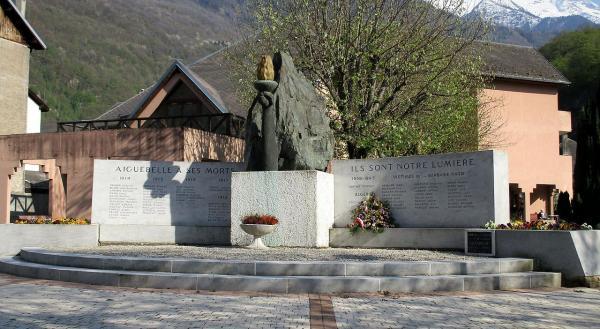 Aiguebelle (Savoie) Le Monument aux Morts