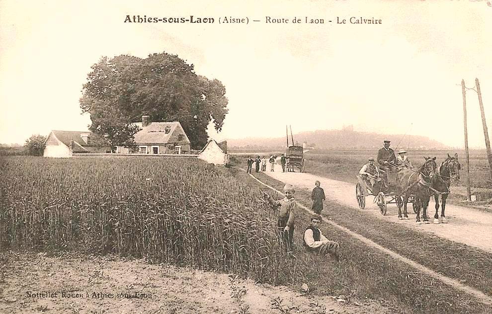 Athies-sous-Laon (Aisne) CPA route de Laon et calvaire