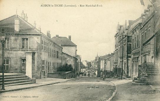Audun-le-Tiche (Moselle) La rue du Maréchal Foch CPA