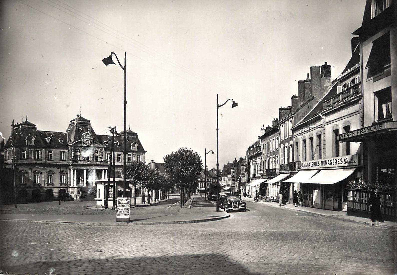 Autun (Saône-et-Loire) La place du Champ de Mars CPA