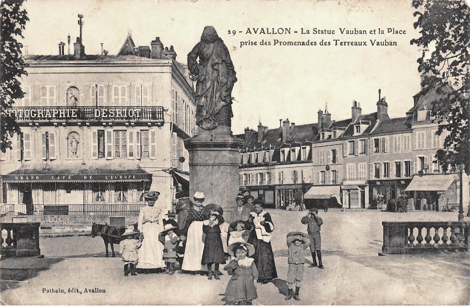 Avallon (89) La statue de Vauban CPA