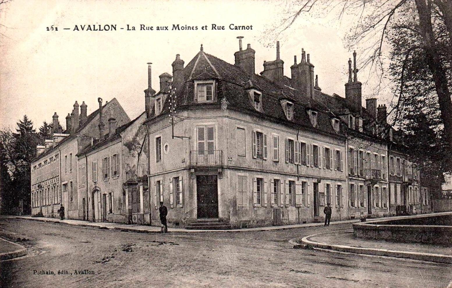 Avallon (89) Les rues aux Moines et Carnot CPA
