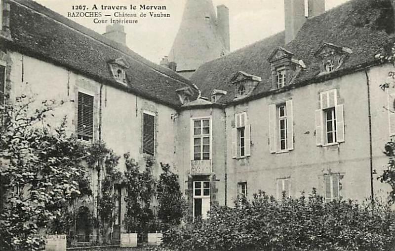 Bazoches (Nièvre) Le château, cour intérieure CPA