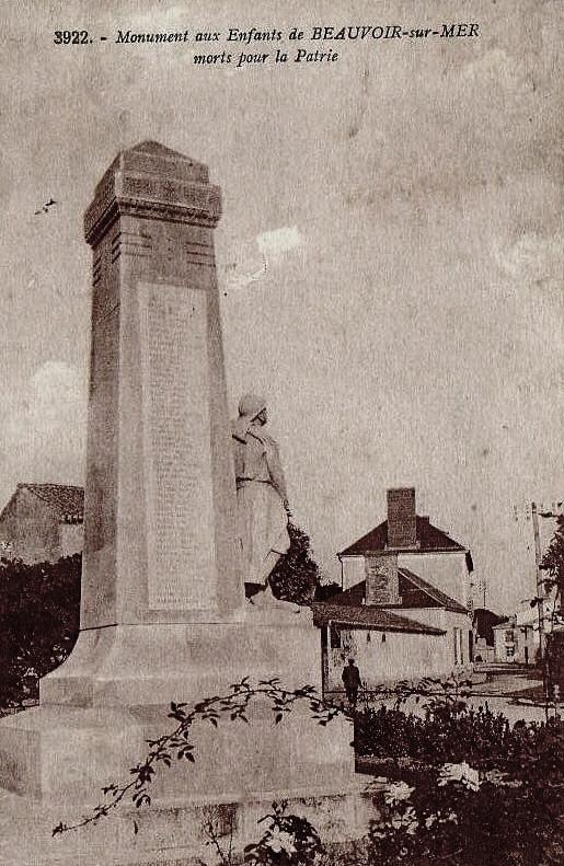 Beauvoir-sur-Mer (Vendée) Monument aux morts CPA