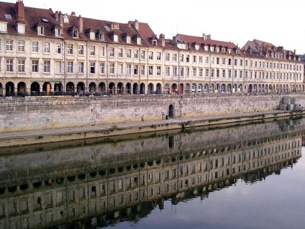 Besançon (Doubs) Le quai Vauban