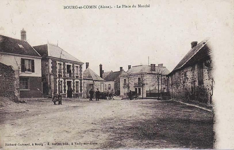 Bourg-et-Comin (Aisne) CPA La place du marché