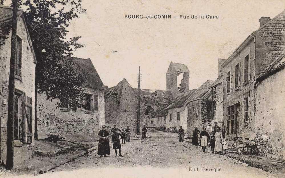 Bourg-et-Comin (Aisne) CPA Eglise et rue de la gare