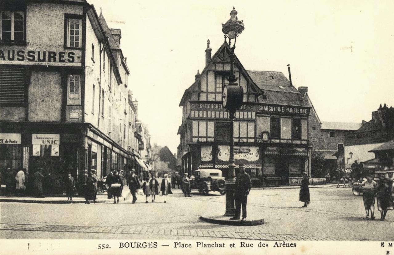 Bourges (Cher) La rue des Arènes et la place CPA