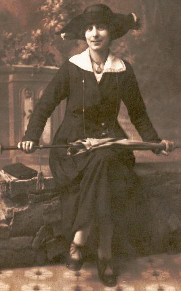 Emma Bourrié (1893/1980), épouse Paul Camoin, en 1912