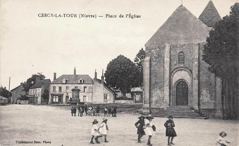 Cercy-la-Tour (Nièvre) La place de l'église CPA