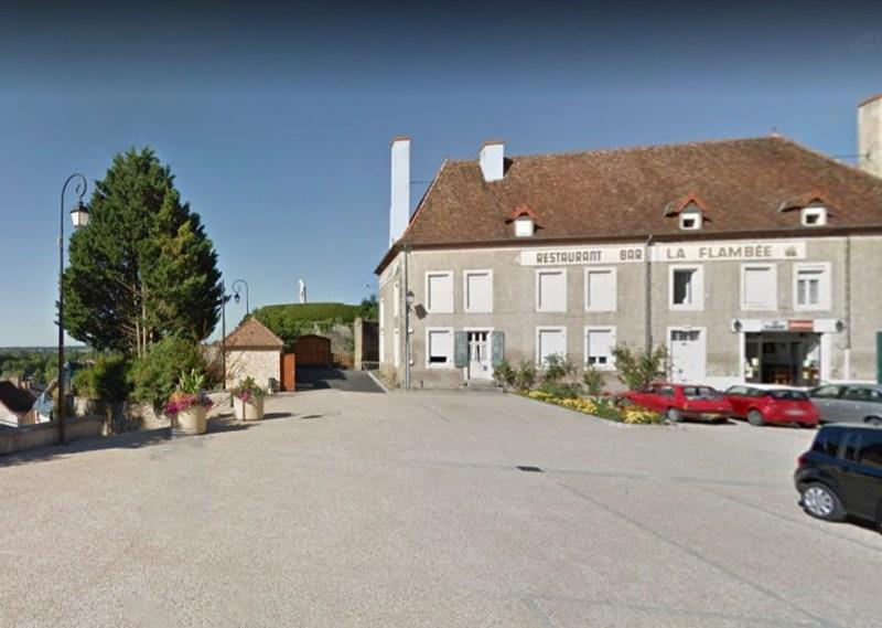 Cercy-la-Tour (Nièvre) Hôtel de la Flambée et la tour