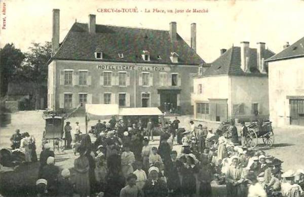 Cercy-la-Tour (Nièvre) Hôtel de la Tour, jour de marché CPA