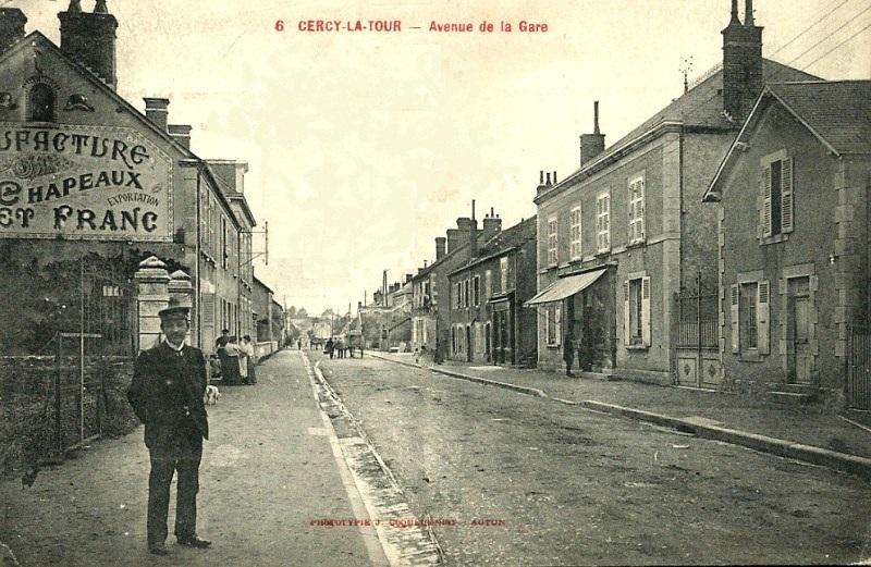 Cercy-la-Tour (Nièvre) L'avenue de la gare en 1905 CPA