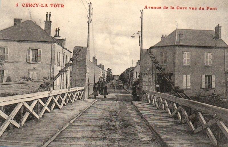 Cercy-la-Tour (Nièvre) L'avenue de la gare, vue du pont CPA