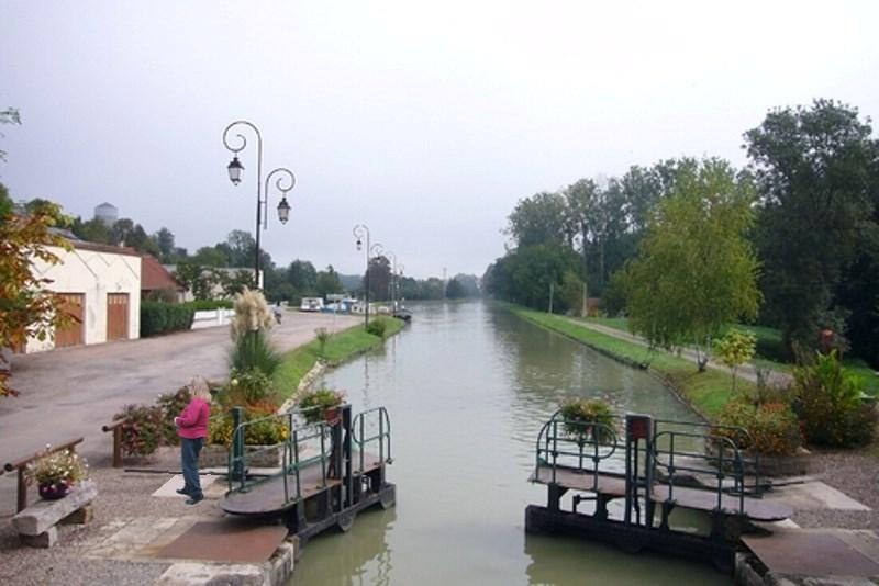 Cercy-la-Tour (Nièvre) L'écluse du canal du Nivernais