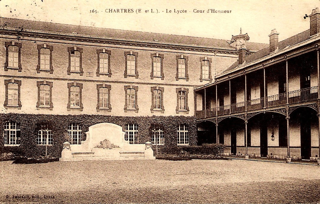 Chartres (28) Le lycée Marceau, la cour d'honneur CPA