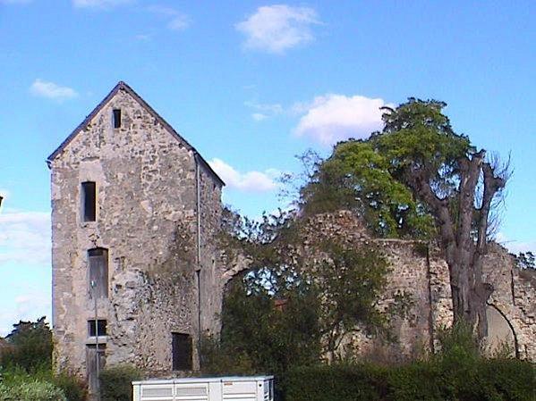 Chézy-sur-Marne (Aisne) Ancienne abbaye en 2004