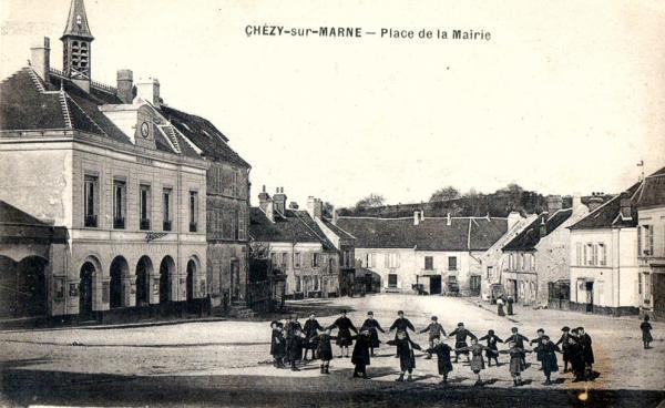 Chézy-sur-Marne (Aisne) CPA Place de la mairie
