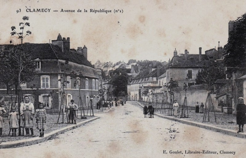 Clamecy (Nièvre) L'avenue de la République CPA
