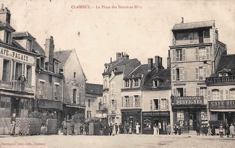 Clamecy (Nièvre) La place des Barrières CPA