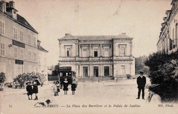Clamecy (Nièvre) La place des Barrières et le Palais de Justice CPA