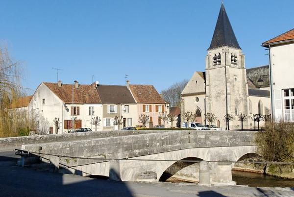 Condé-en-Brie (Aisne) L'église Saint Rémi et la Dhuys