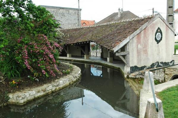 Condé-en-Brie (Aisne) Le lavoir central
