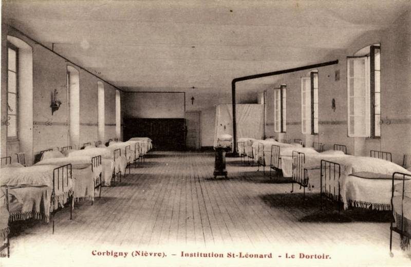 Corbigny (Nièvre) L'institution Saint Léonard, le dortoir CPA