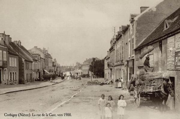 Corbigny (Nièvre) La rue de la gare vers 1900 CPA