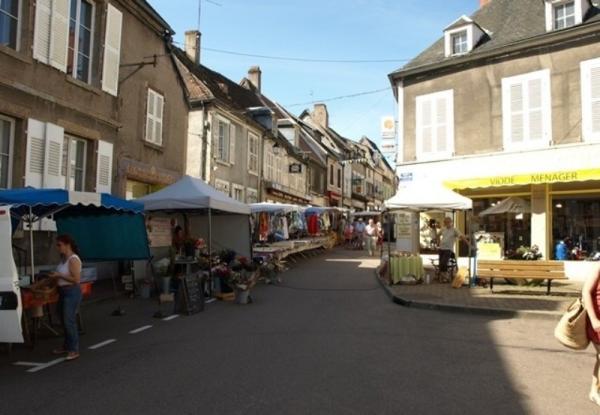 Corbigny (Nièvre) Le marché
