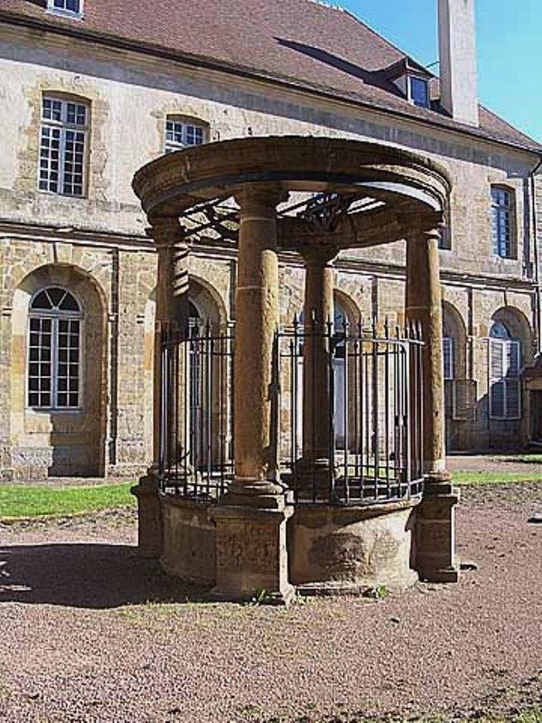 Corbigny (Nièvre) Un puits à eau