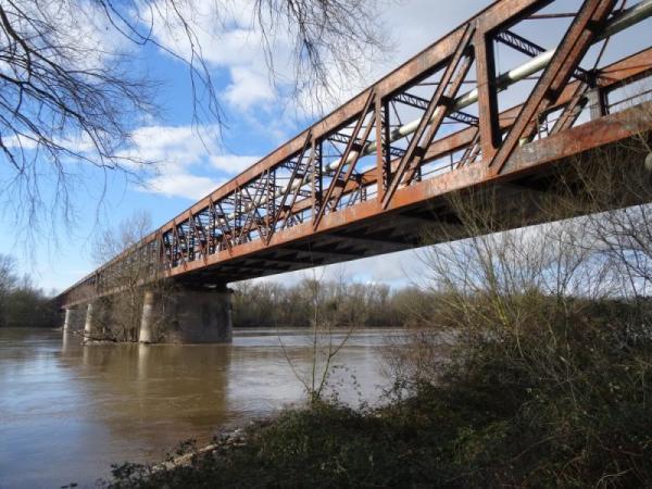 Cosne-Cours-sur-Loire (Nièvre) Le pont du chemin de fer