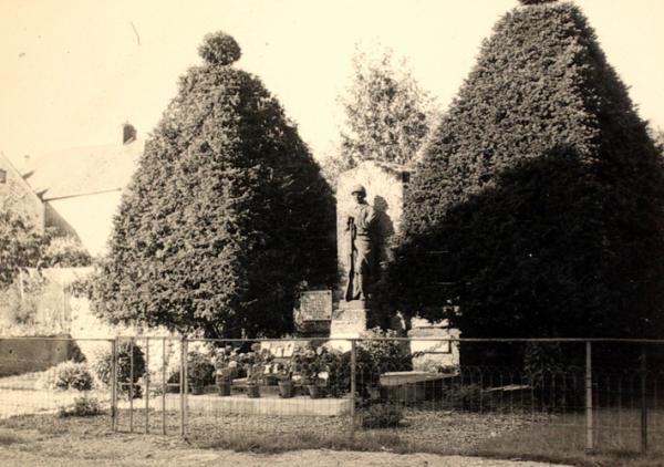 Courboin (Aisne) CPA Le monument aux morts