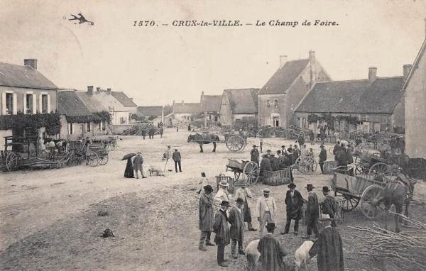 Crux-la-Ville (Nièvre) La place du Champ de Foire CPA