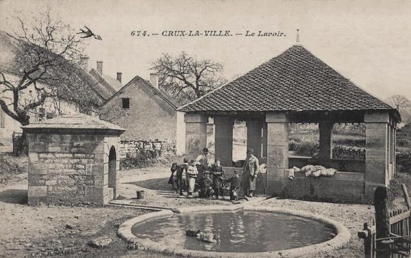 Crux-la-Ville (Nièvre) Le lavoir de la fontaine CPA