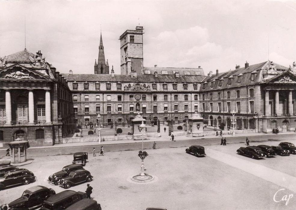Dijon (Côte d'Or) L'Hôtel de ville et la Place de la Libération CPA