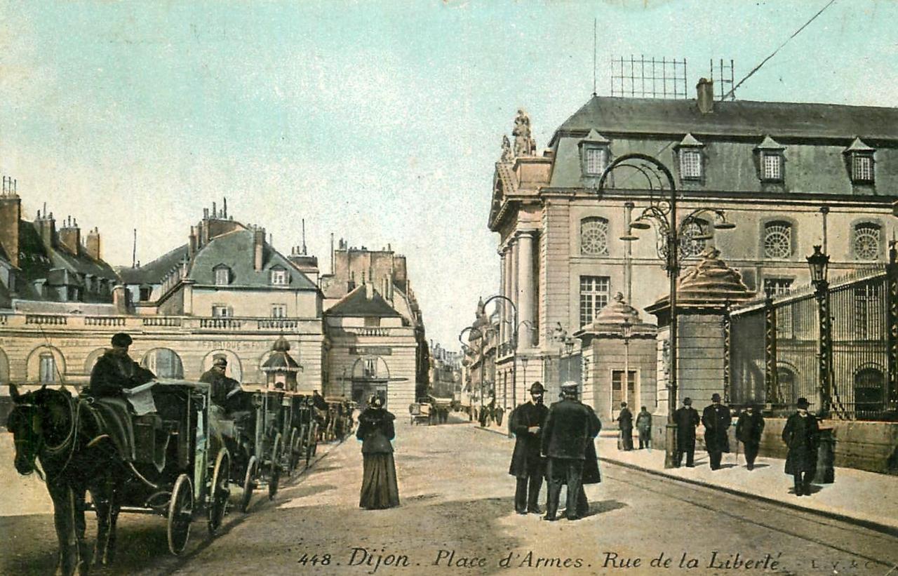 Dijon (Côte d'Or) La Place d'Armes et la rue de la Liberté CPA