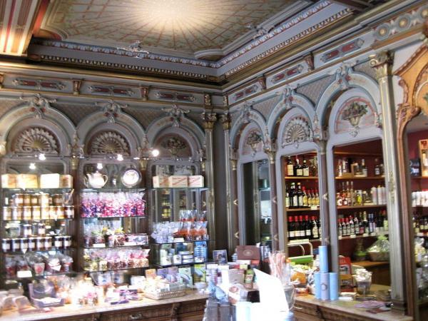 Dijon (Côte d'Or) La rue Bossuet, boutique