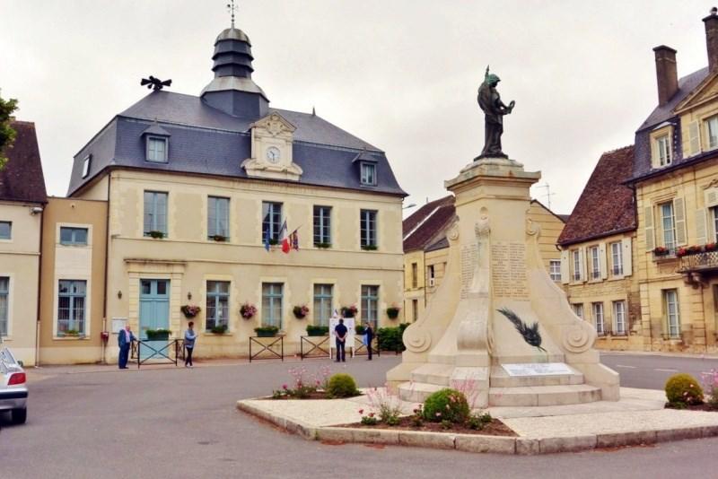 Donzy (Nièvre) La Mairie