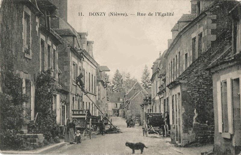 Donzy (Nièvre) La rue de l'égalité CPA