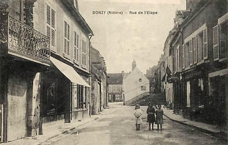 Donzy (Nièvre) La rue de l'Etape CPA