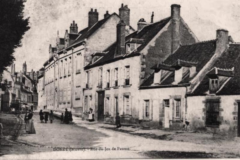 Donzy (Nièvre) La rue du Jeu de Paume CPA