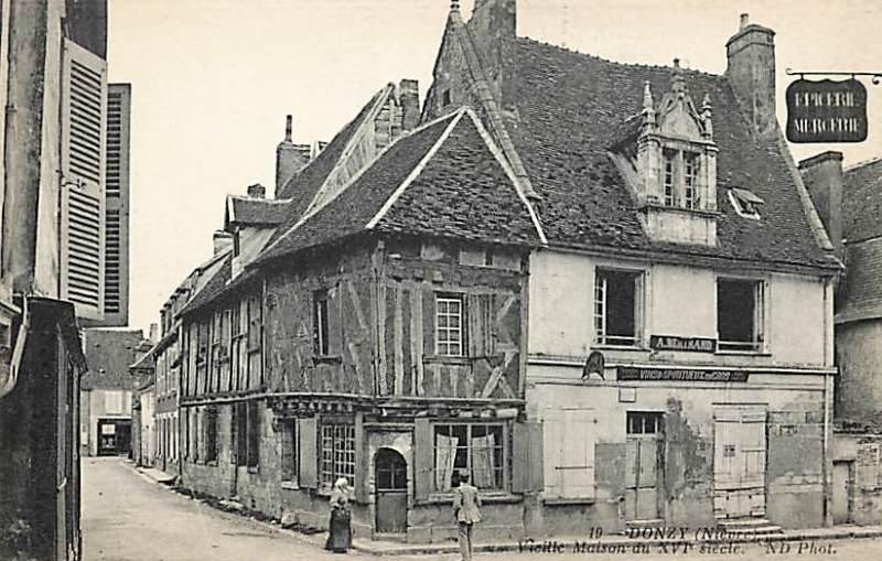 Donzy (Nièvre) Une maison à pans de bois CPA