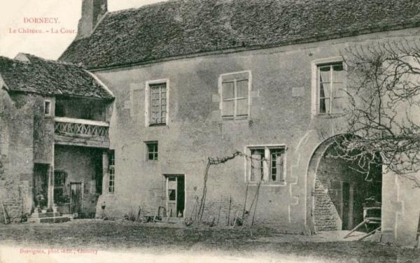 Dornecy (Nièvre) Le château, la cour CPA