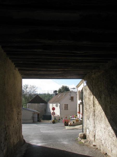 Essises (Aisne) Sous le porche Napoléon en 2014