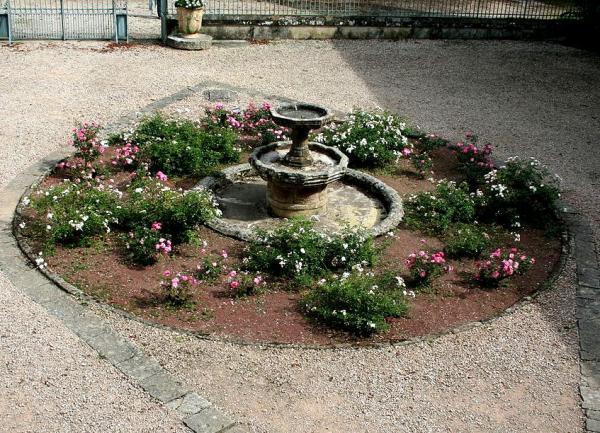 Fayet (Aveyron) Château de Fayet, fontaine