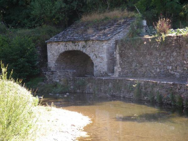 Fayet (Aveyron) Laroque, lavoir sur la Nuéjouls