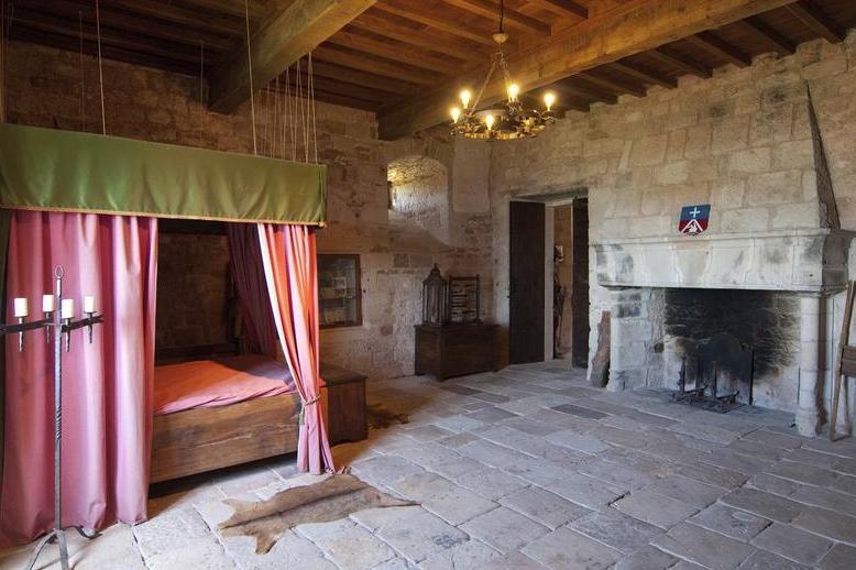 Gissac (Aveyron) Château de Montaigut, chambre