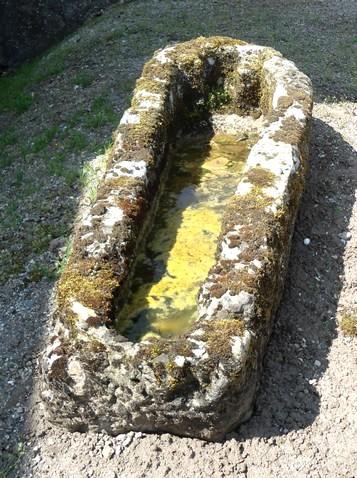 Gissac (Aveyron) Sarcophage du cimetière