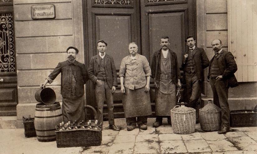 Hirson (Aisne) CPA le personnel de la distillerie